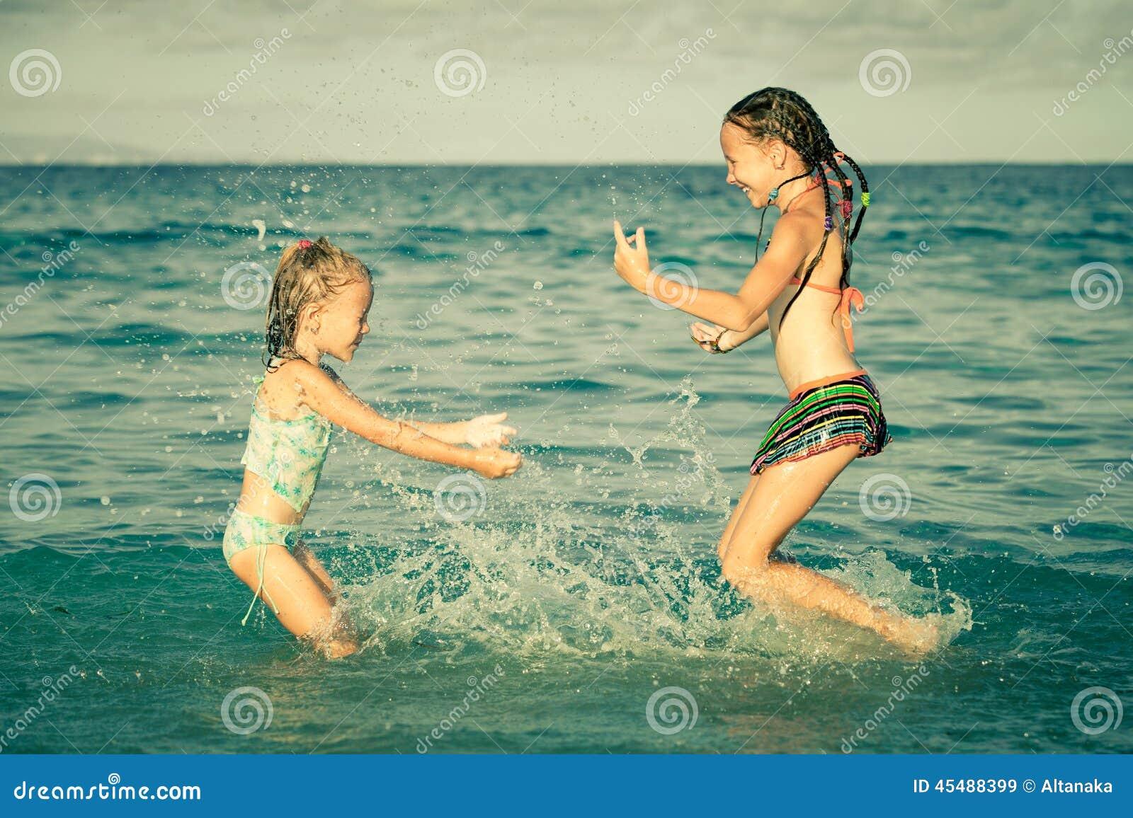 使用在海滩的愉快的小女孩