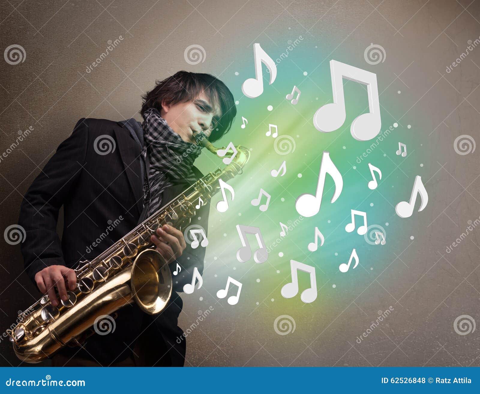 使用在萨克斯管的年轻音乐家,当音符explodin时