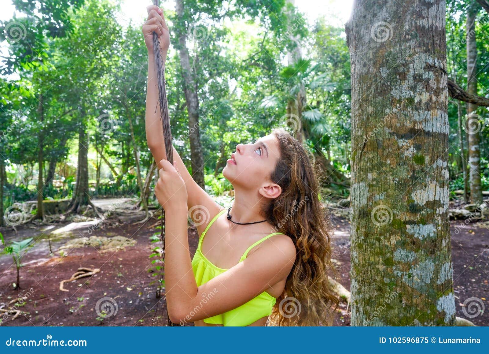 使用在雨林密林的白种人女孩