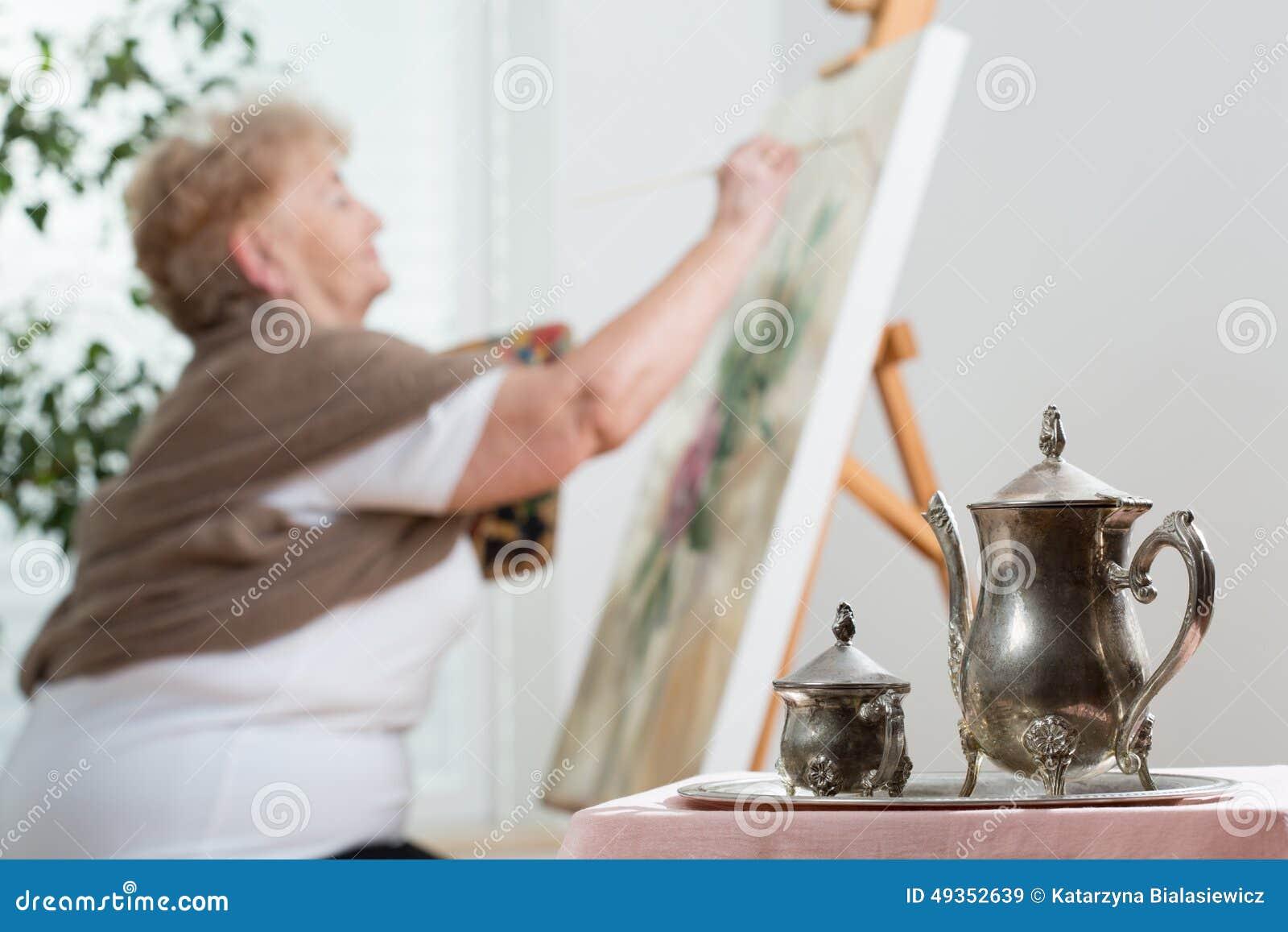 使用在绘画期间的画架
