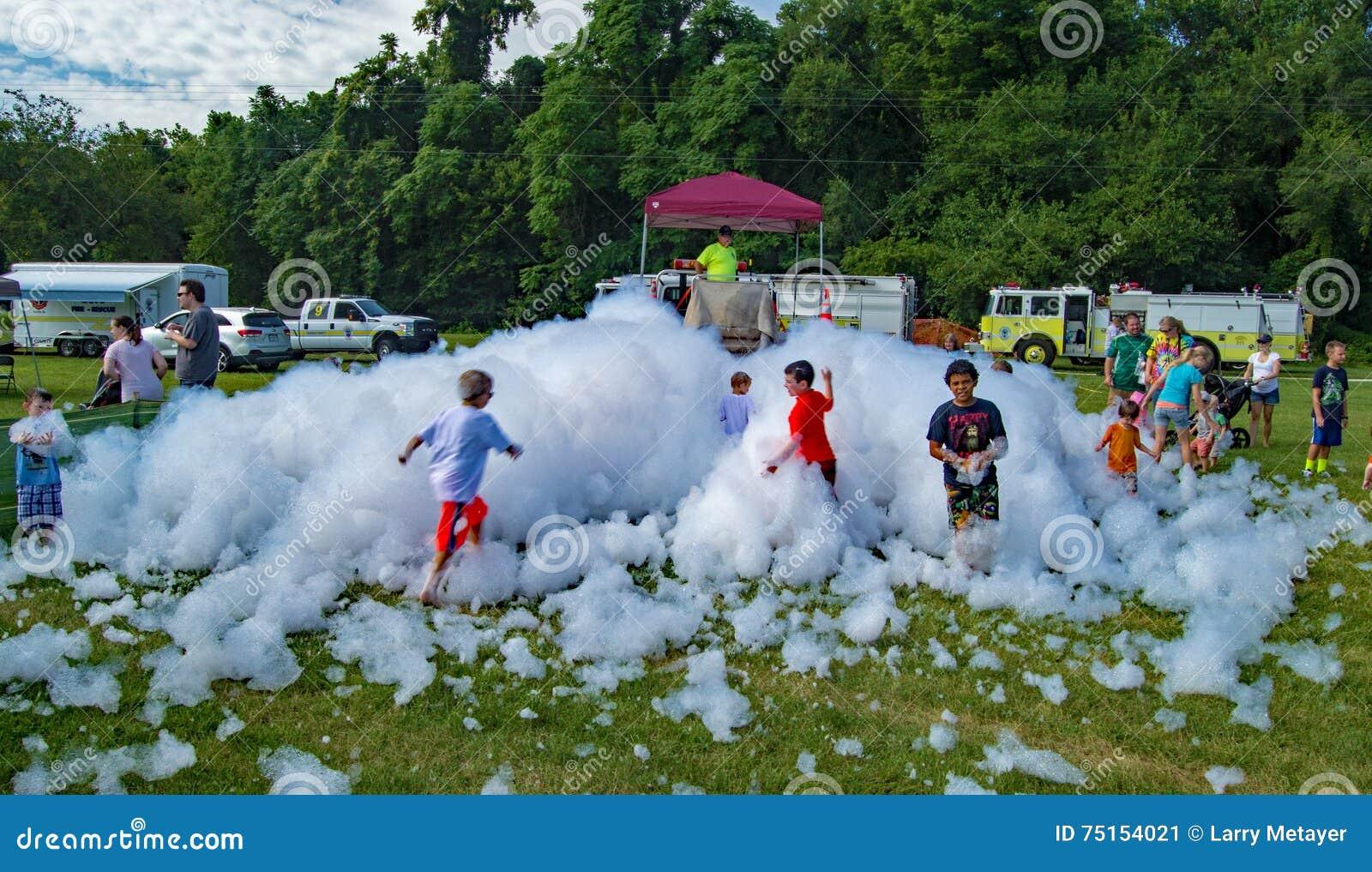 使用在Firemen's泡沫的孩子