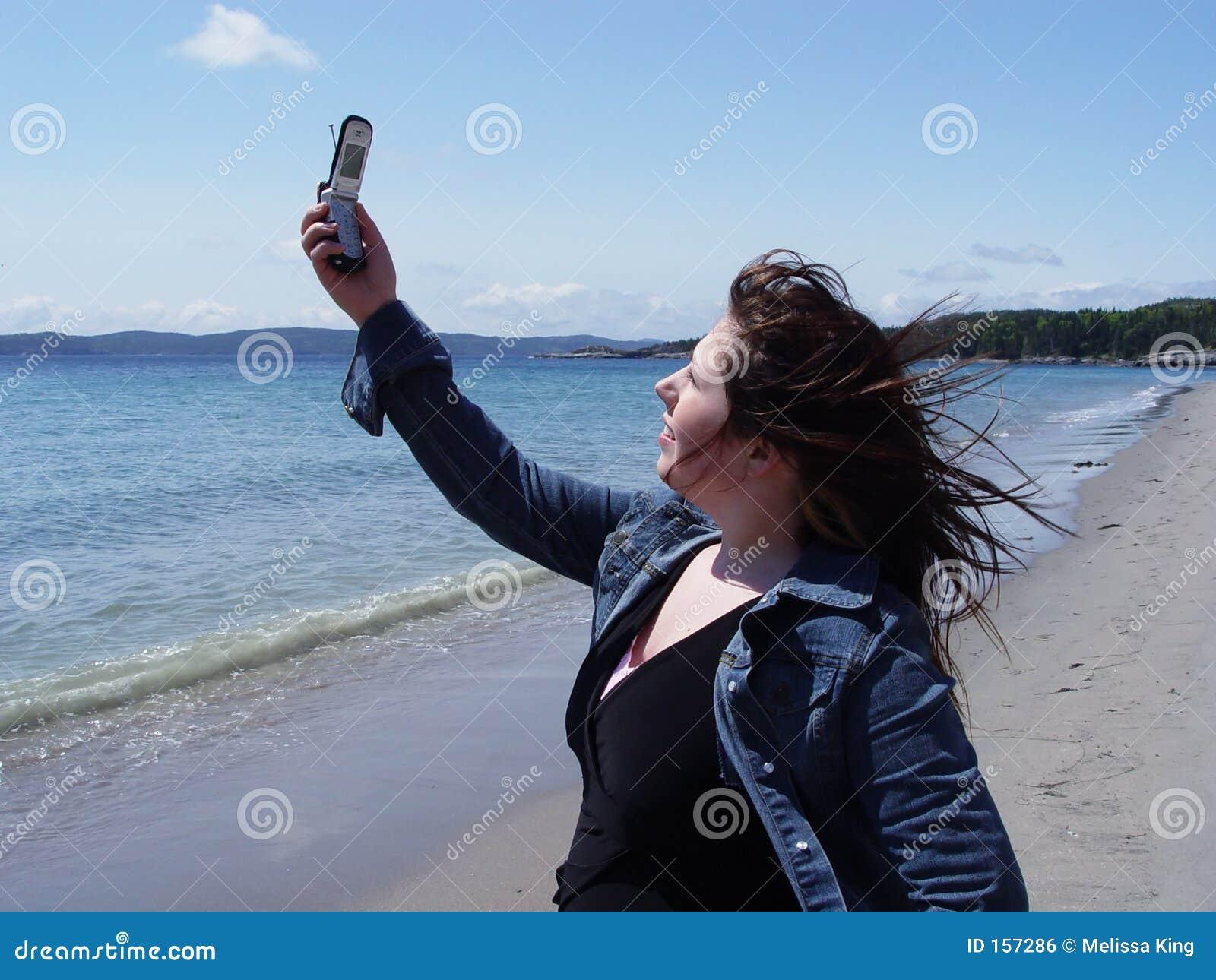 使用妇女的海滩移动电话