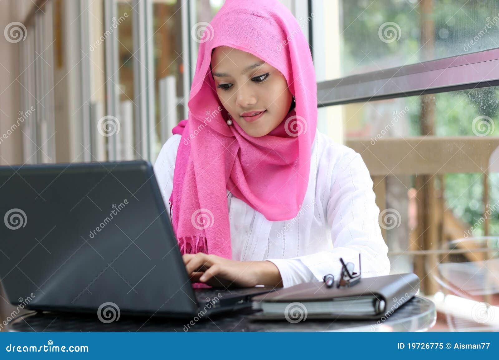 使用妇女的膝上型计算机穆斯林