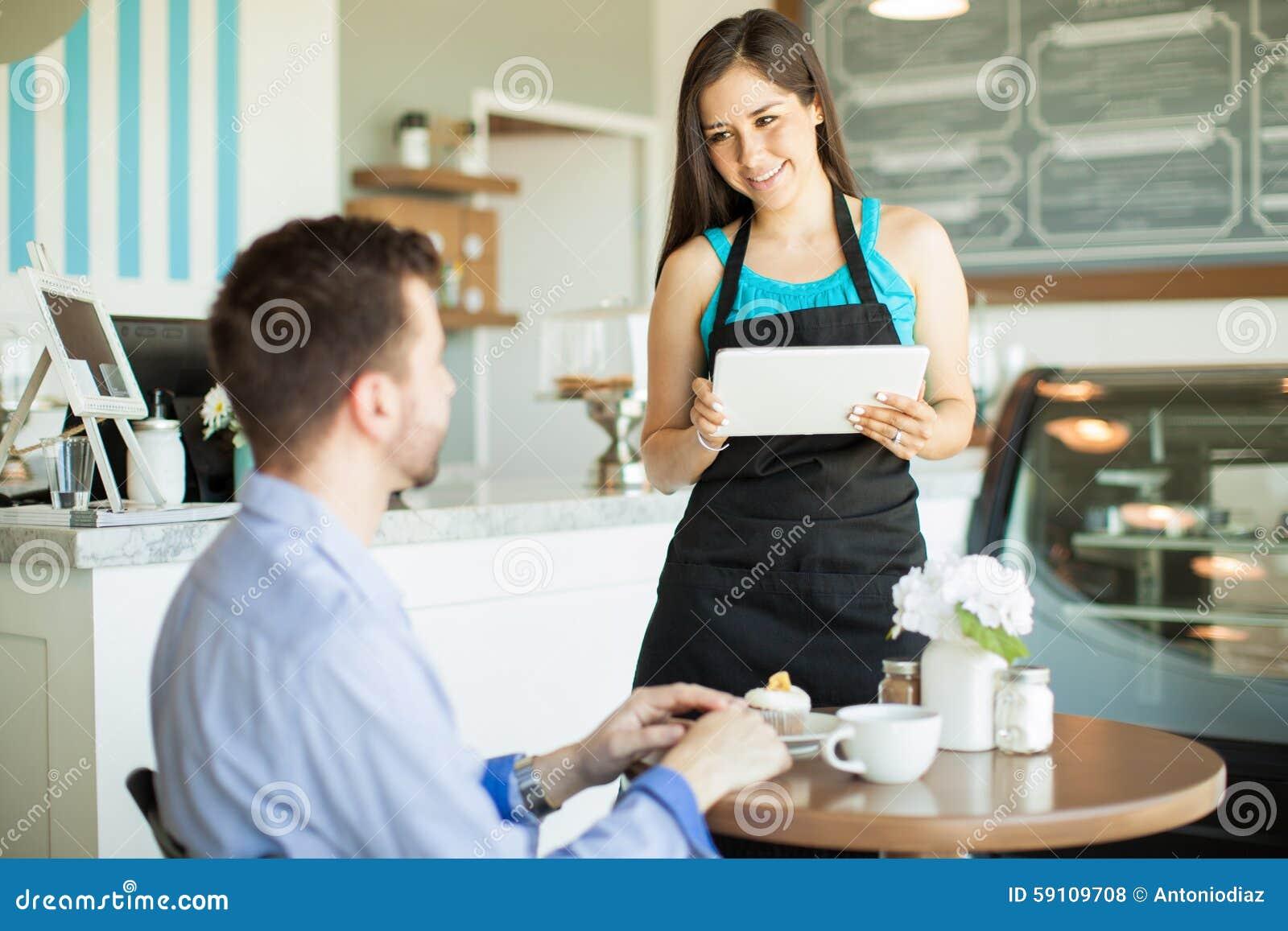 使用工作的技术在咖啡馆