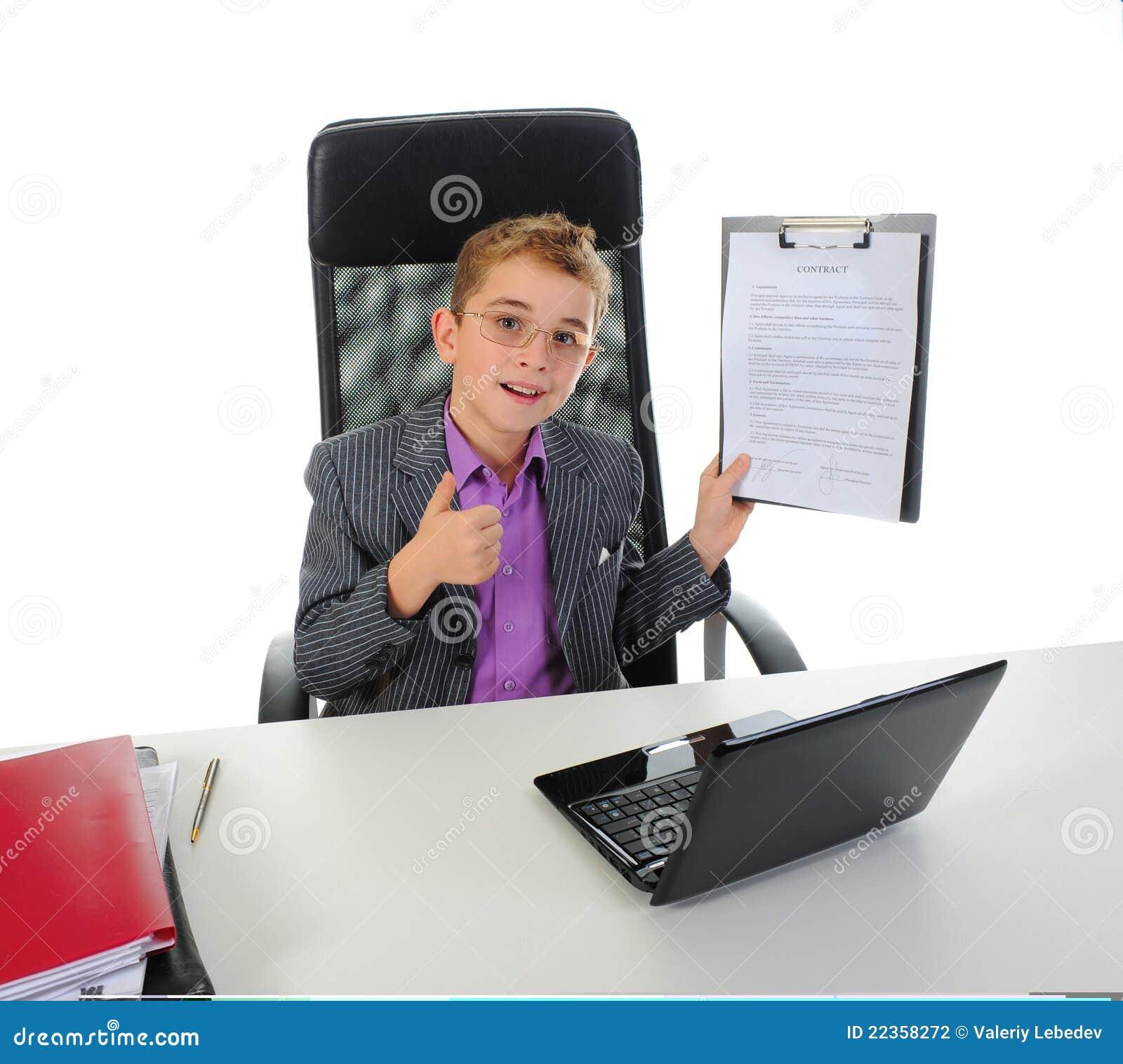 使用年轻人的生意人膝上型计算机