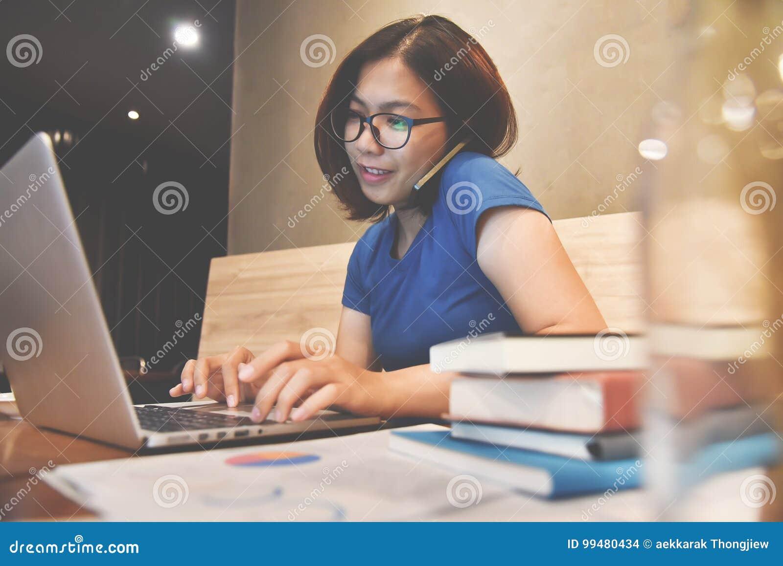 使用手机和膝上型计算机的亚裔玻璃妇女的幸福 Gr
