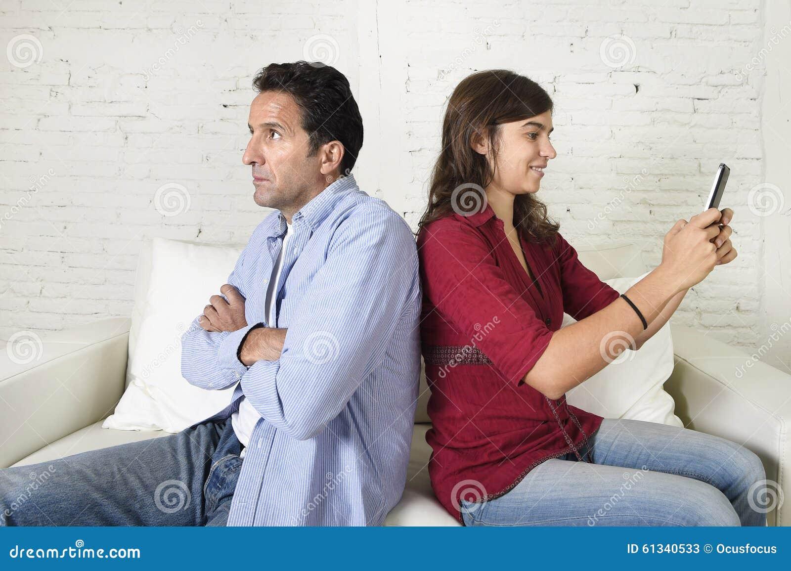 使用手机的社会网络上瘾者妇女忽略丈夫或男朋友翻倒和恼怒