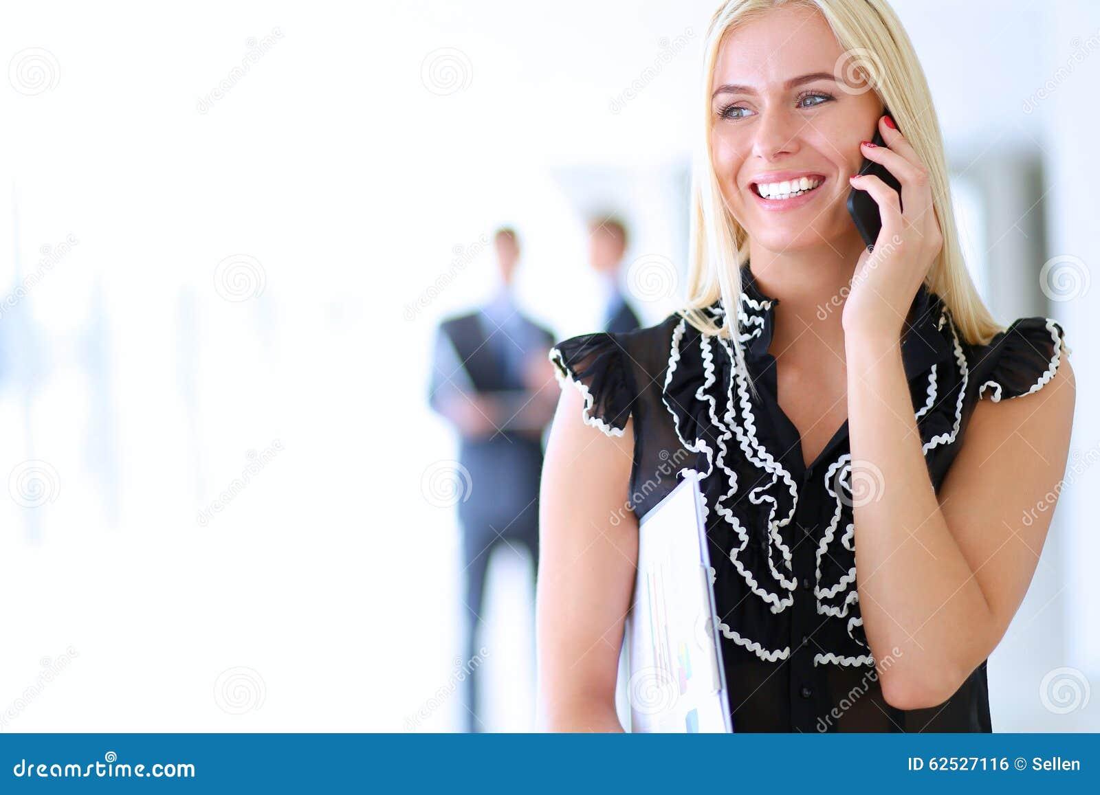 使用手机的美丽的女实业家
