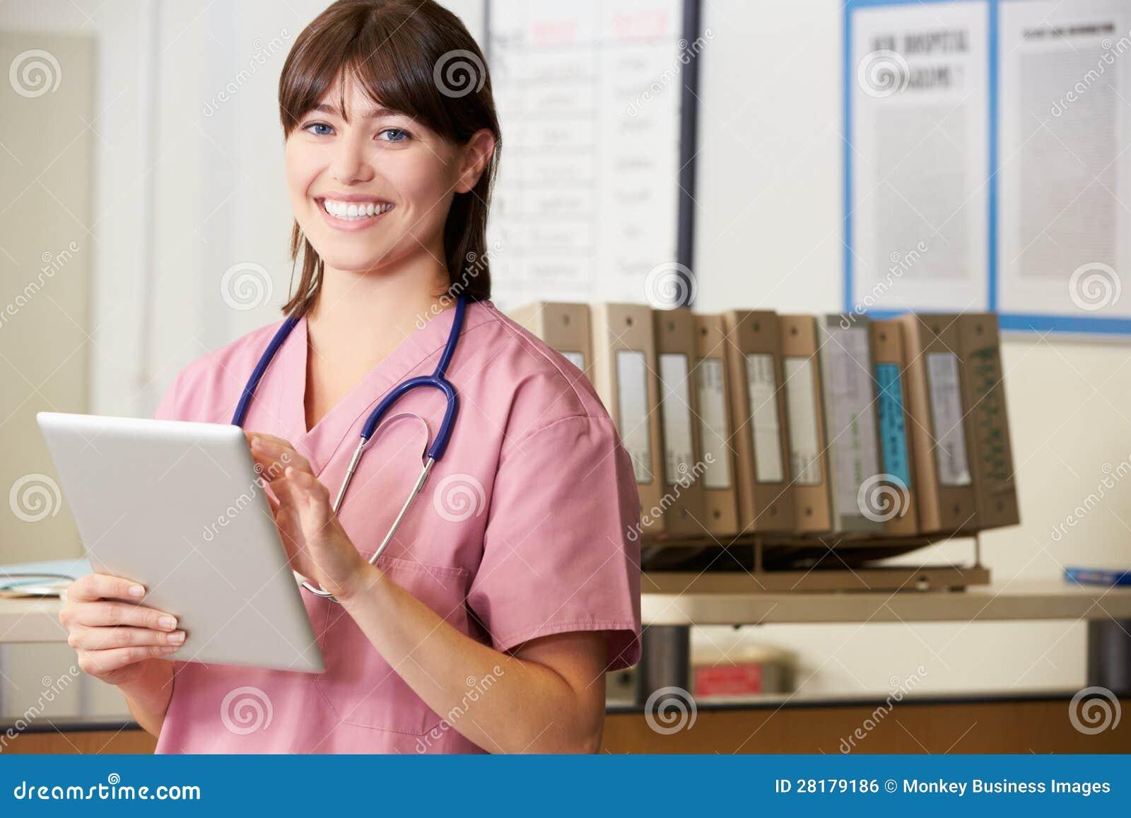 使用数字式片剂的护士在护士岗位