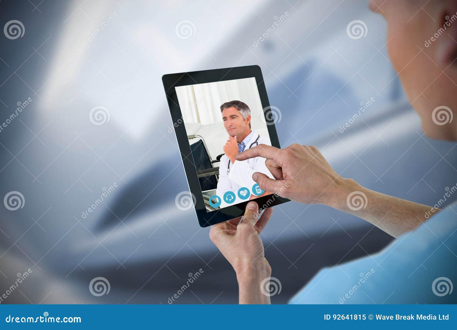 使用数字式片剂的男性护士的综合图象