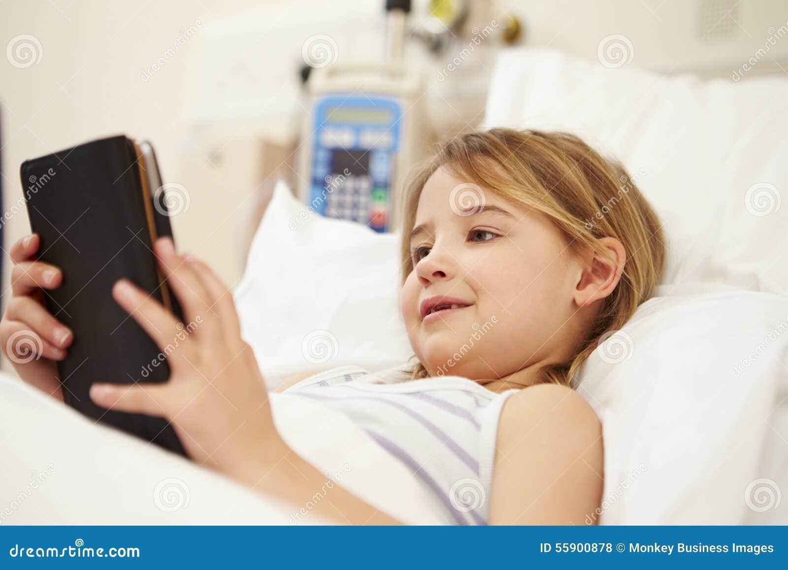 使用数字式片剂的年轻女性患者在医院病床