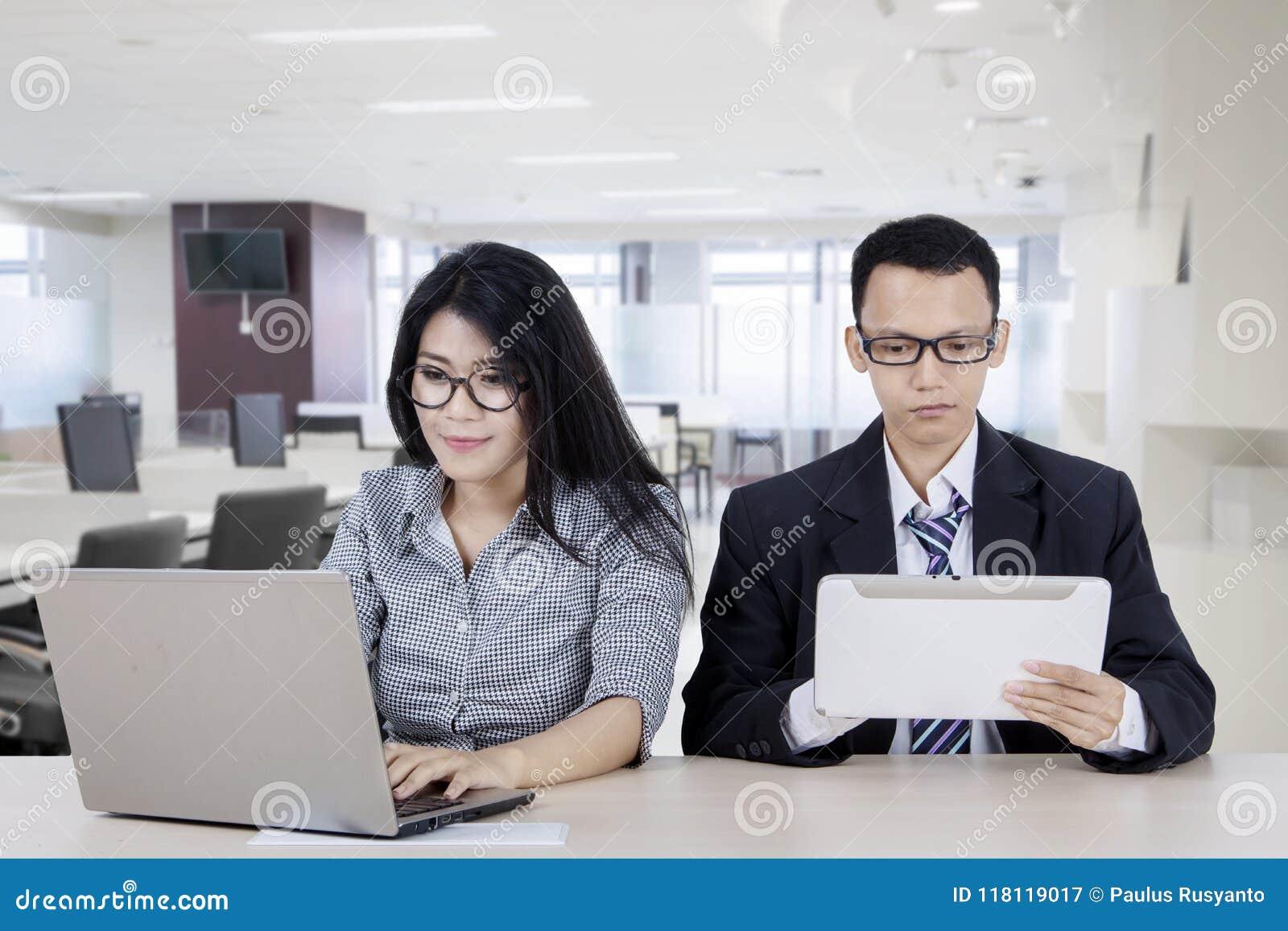 使用数字式设备的两个商人