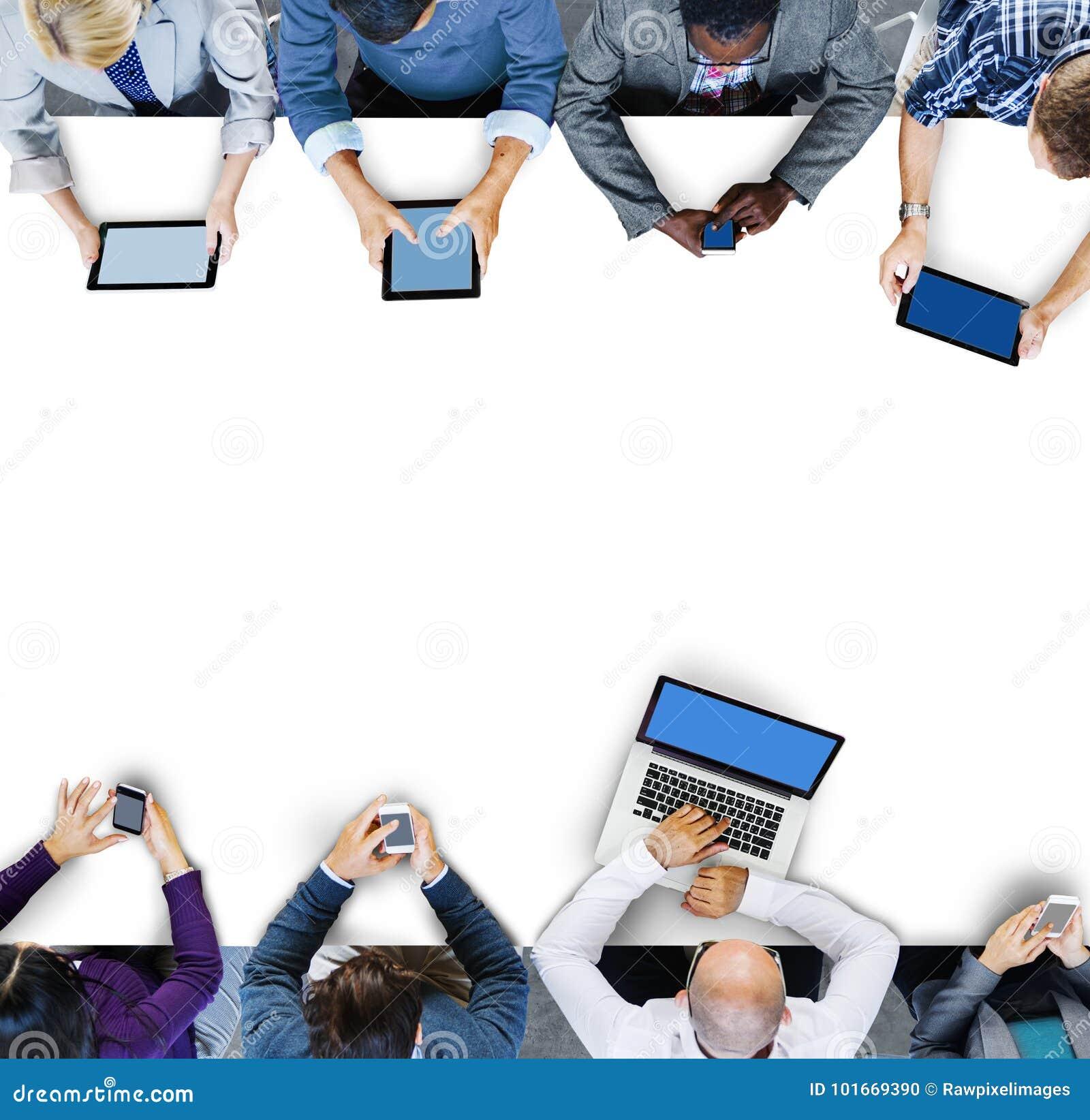 使用数字式设备的商人在会议