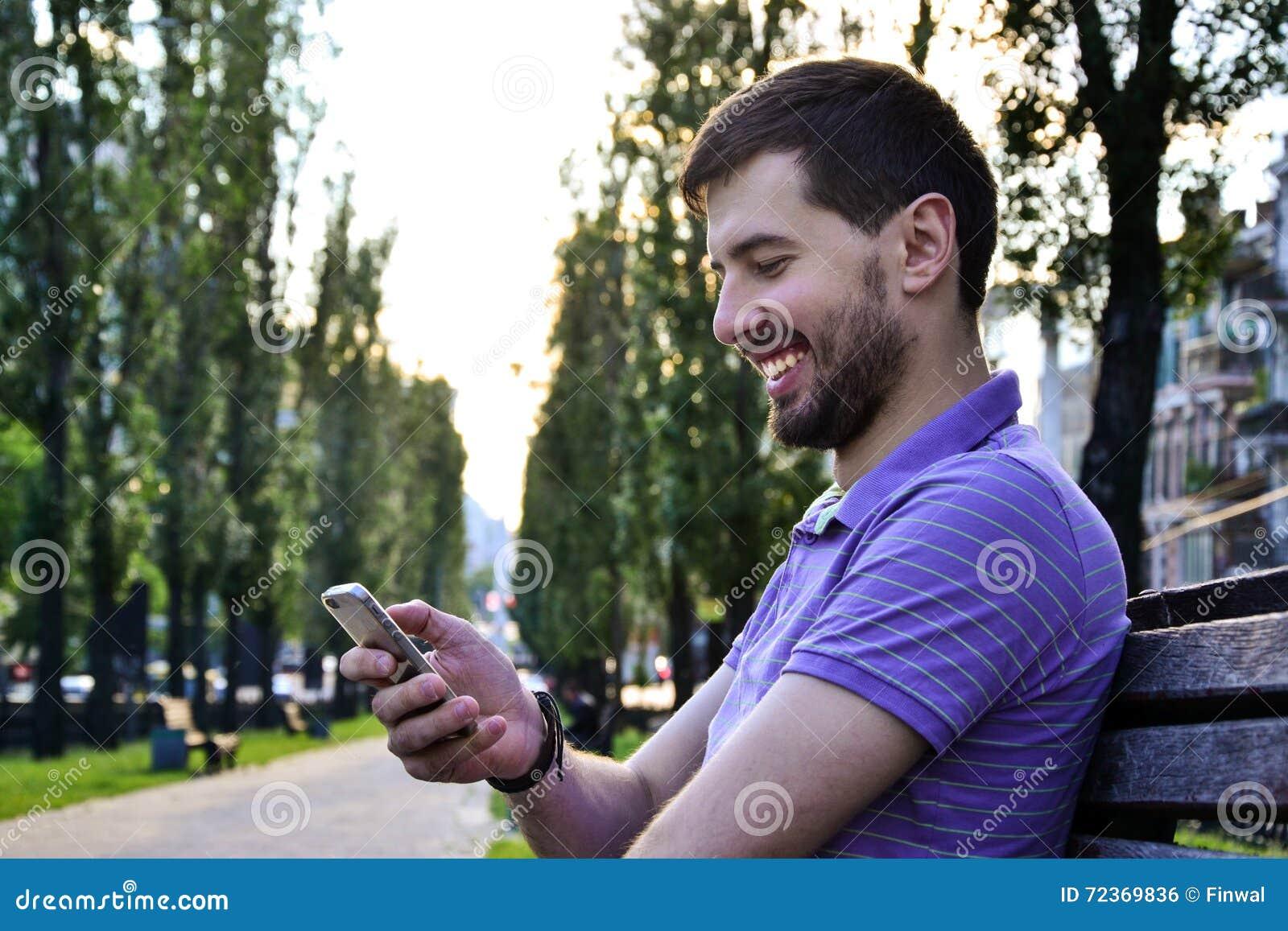 使用智能手机微笑的快乐的人
