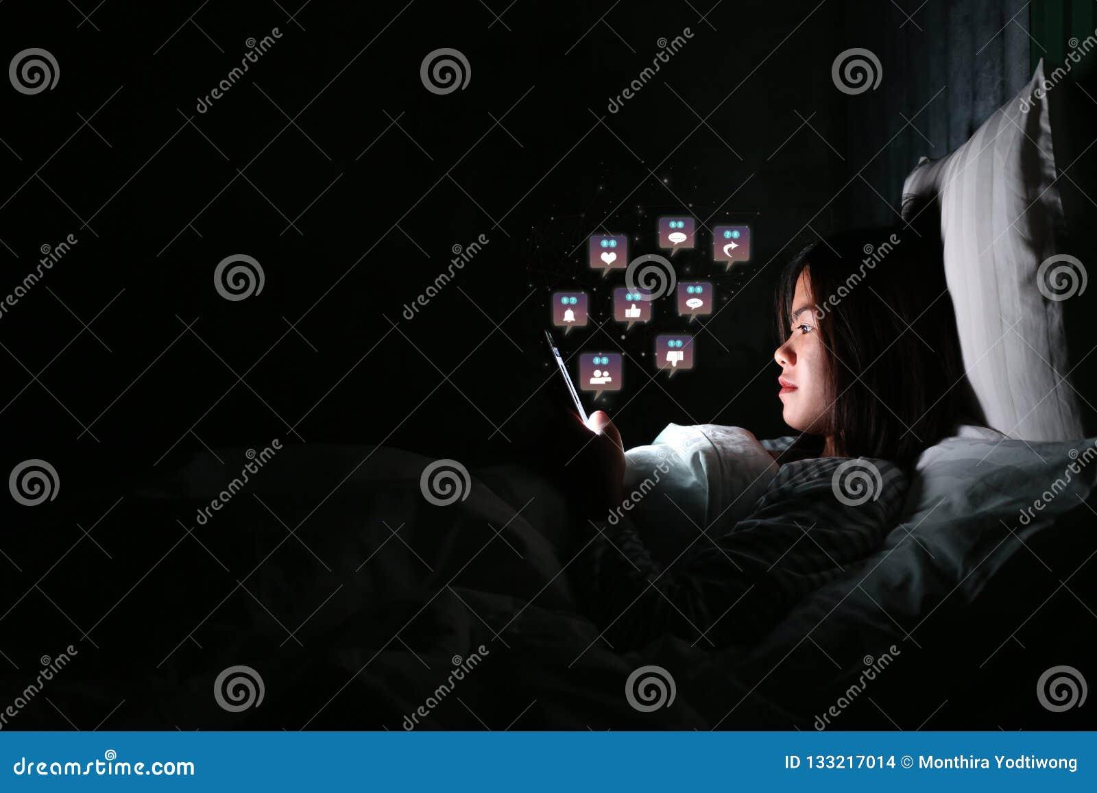 使用智能手机的亚裔妇女为检查社会媒介与象