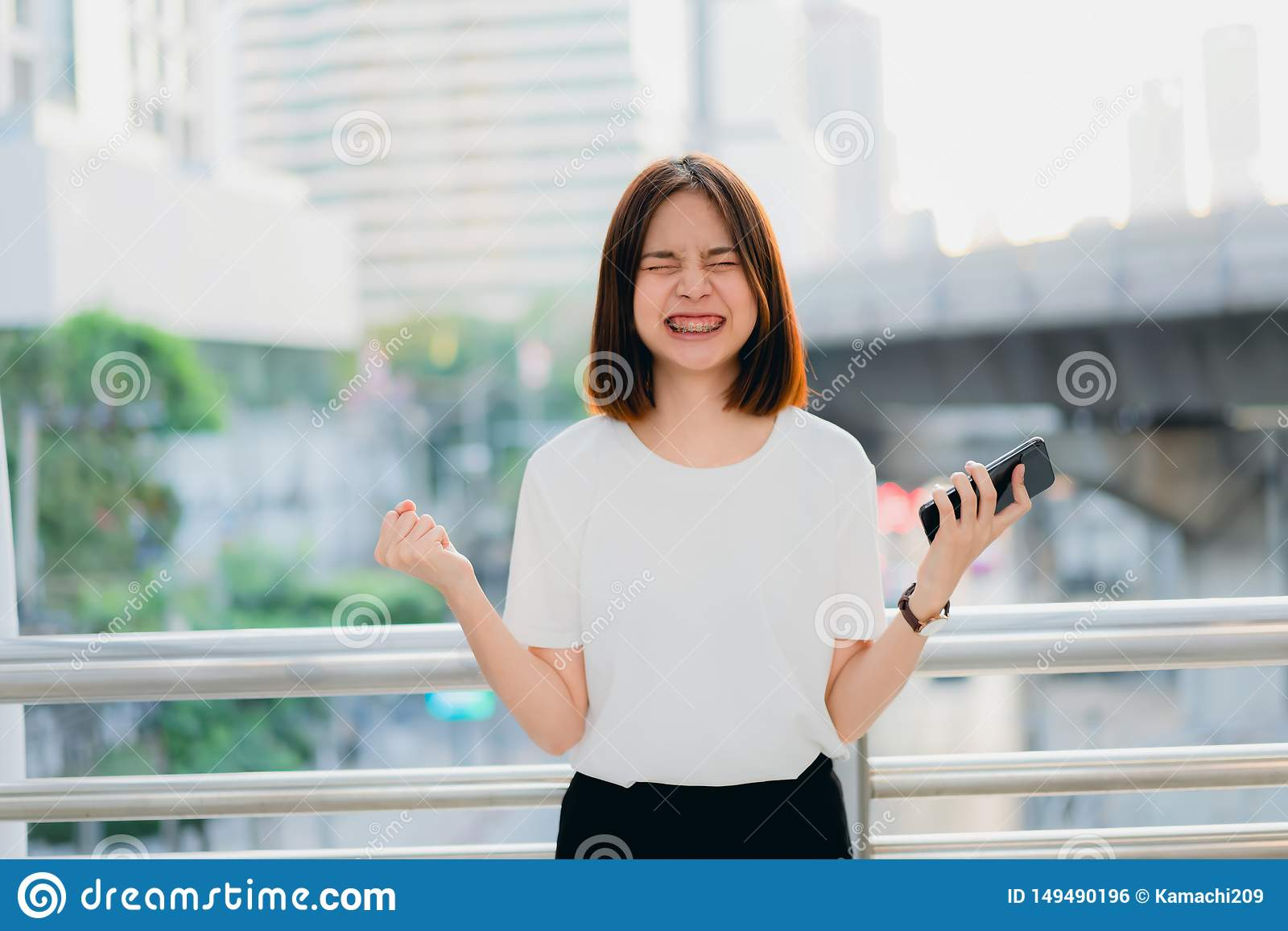 使用智能手机的妇女,在悠闲时间 使用电话的概念