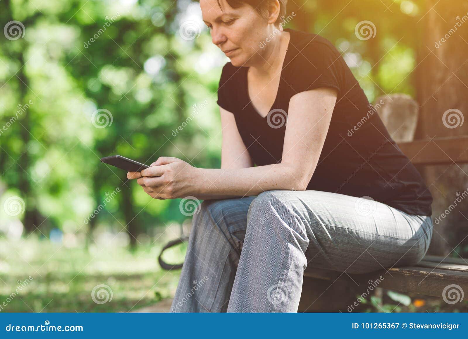 使用智能手机的社会网络上瘾者户外