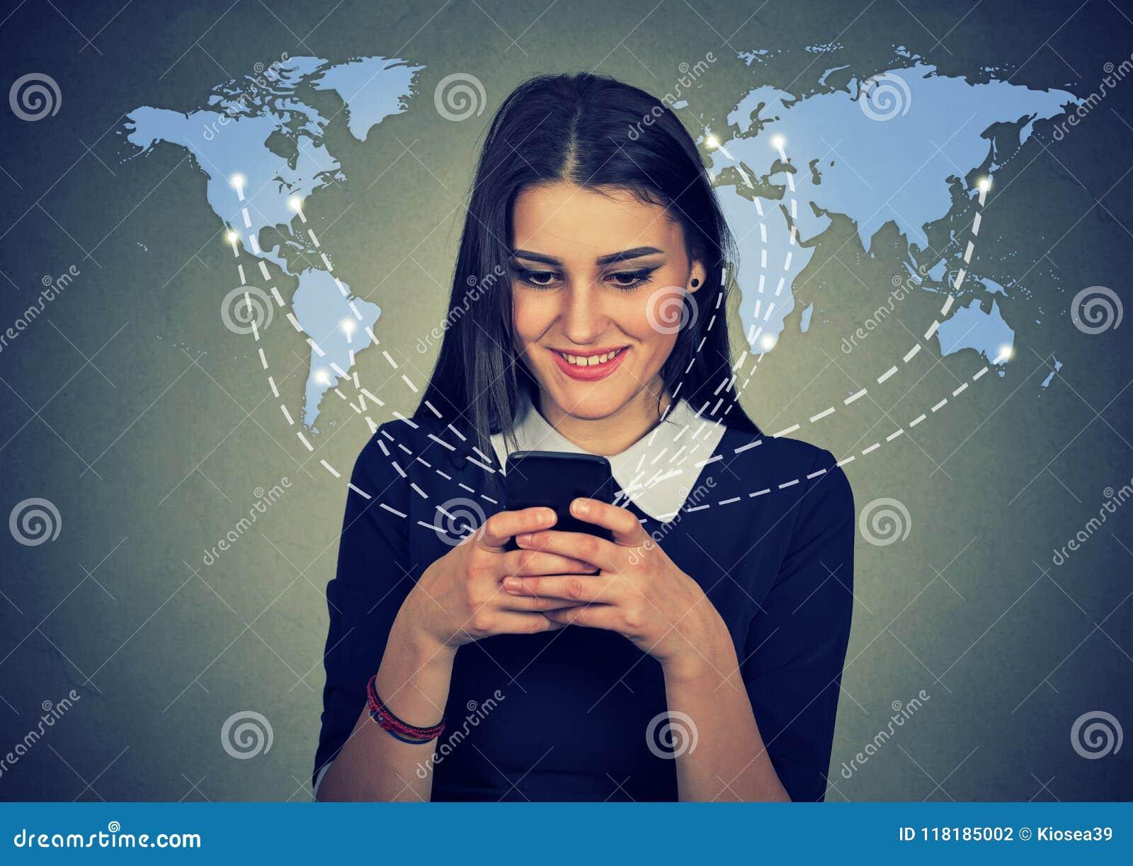 使用有全世界网的妇女智能手机