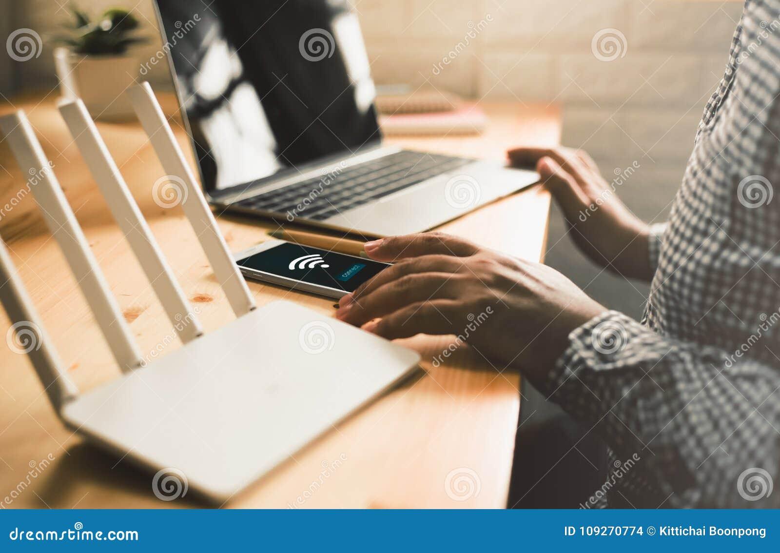 使用机动性与的人连接在屏幕上的wifi 使用设备办公室,在家供以人员` s手