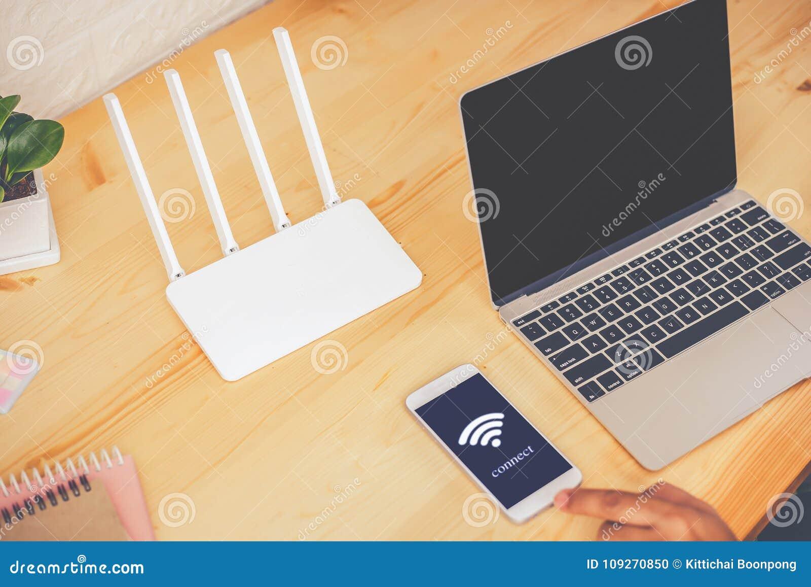 使用机动性与的年轻人连接在屏幕上的wifi