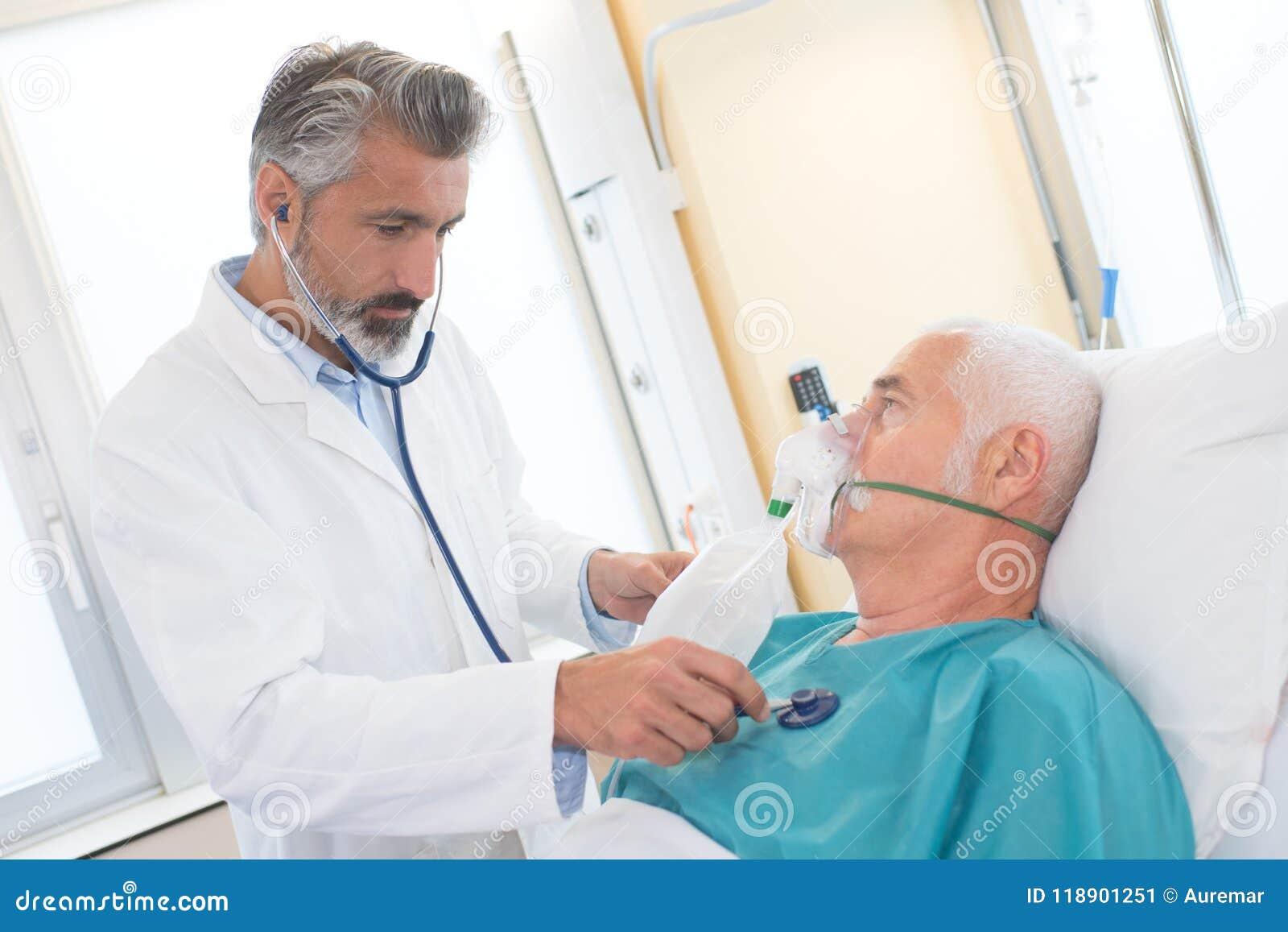 使用氧气面罩的老人在诊所