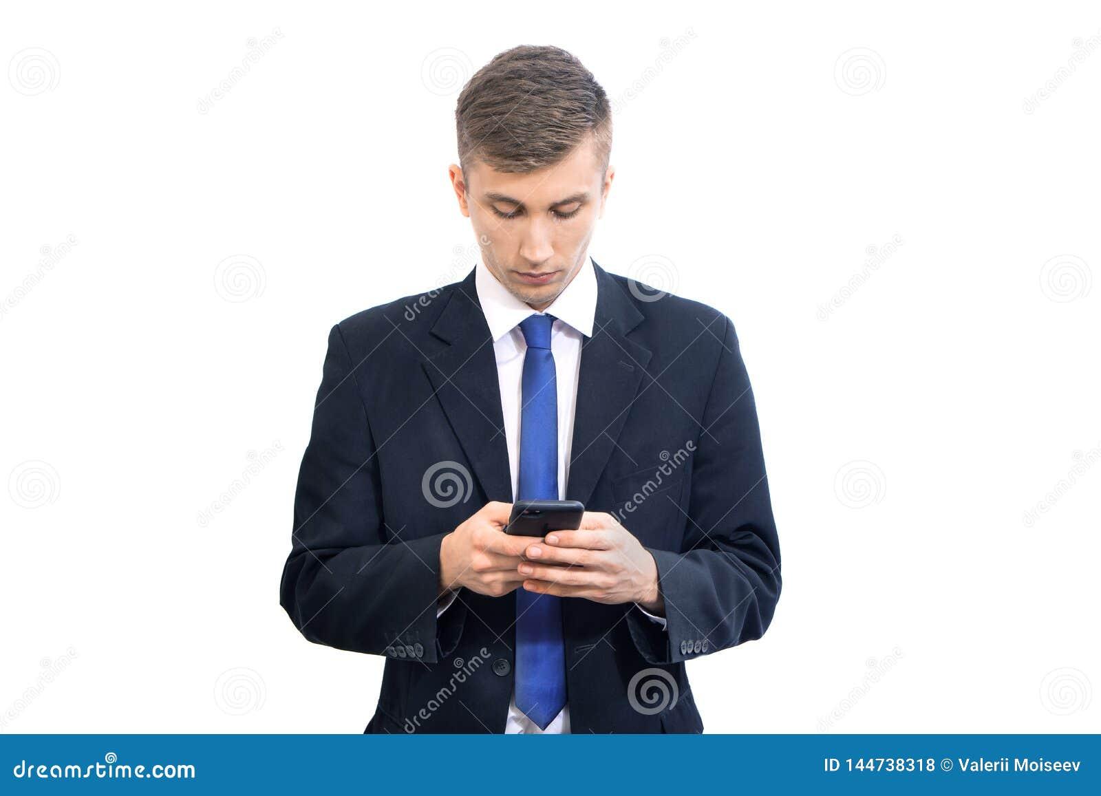 使用流动智能手机的年轻可爱的严肃的商人,隔绝在白色