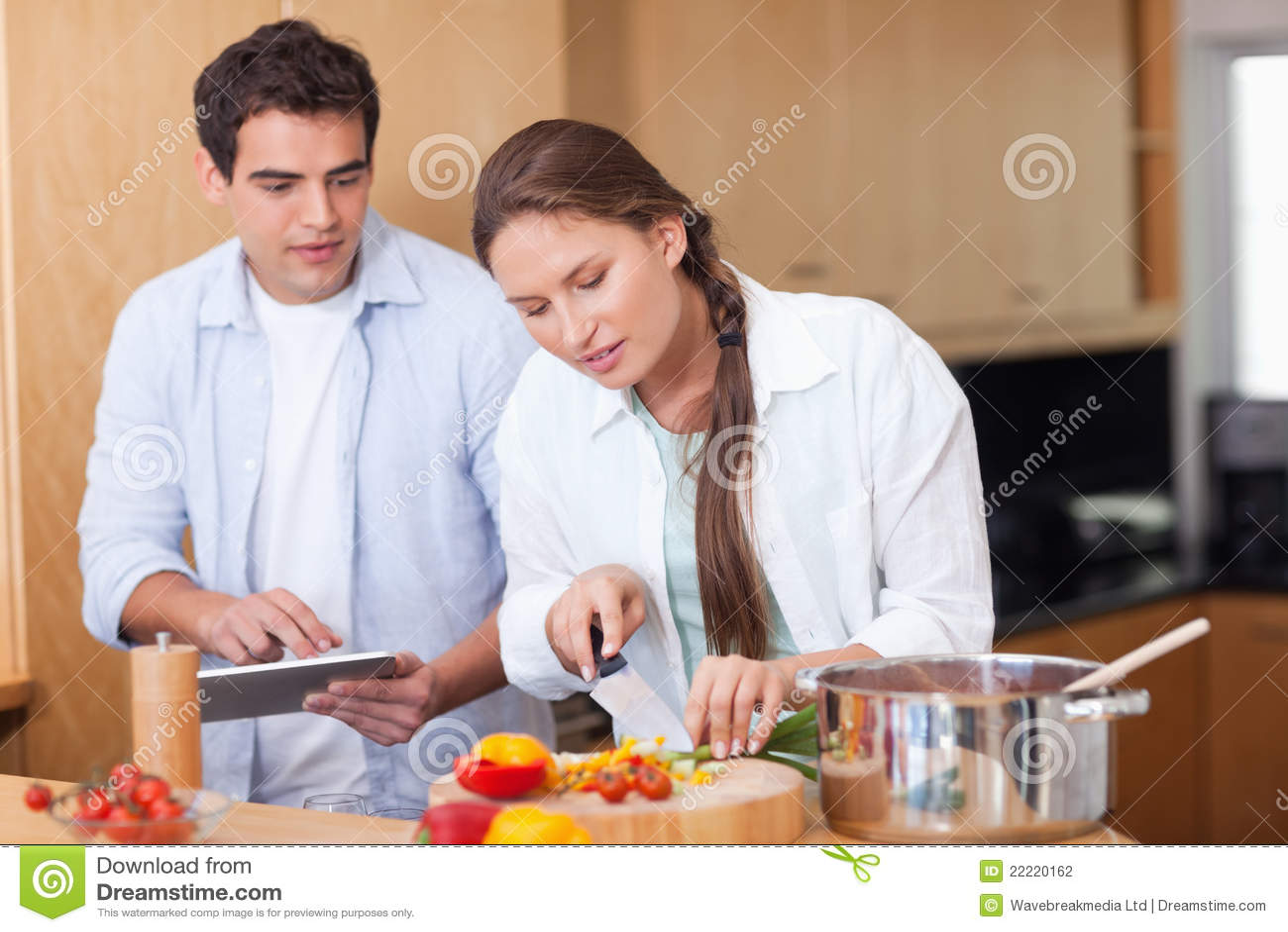 使用烹调片剂的计算机的现代夫妇
