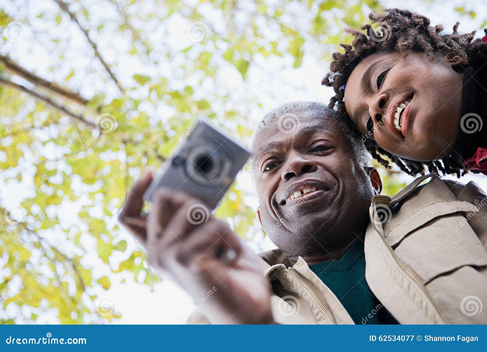 使用照相机的夫妇