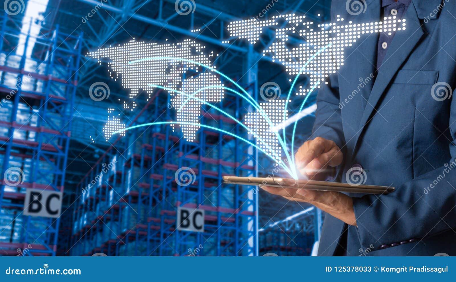 使用片剂检查和控制的商人经理为有现代商业仓库后勤学的工作者