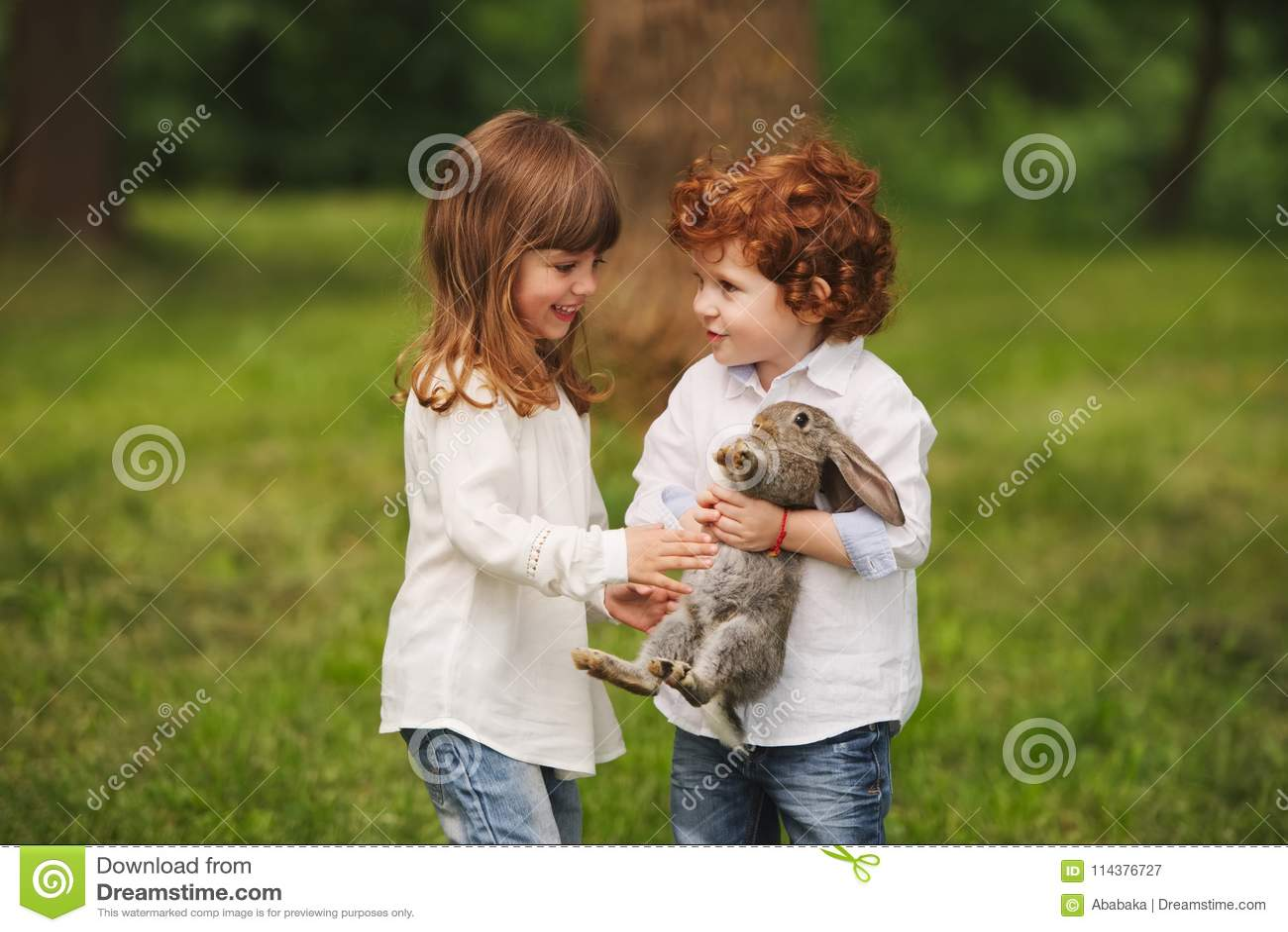 使用用兔子的男孩和女孩在公园
