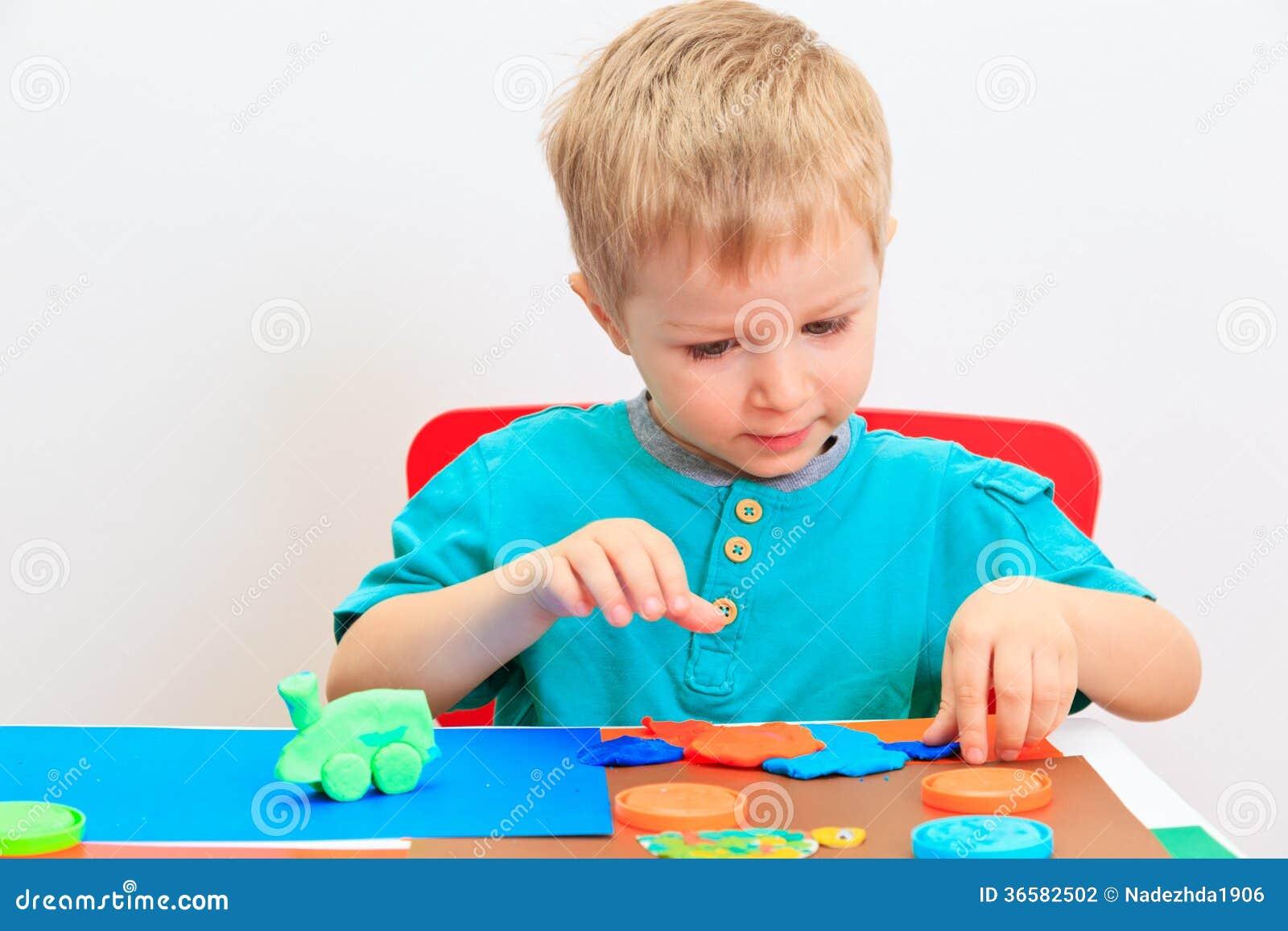 使用用黏土面团的小男孩