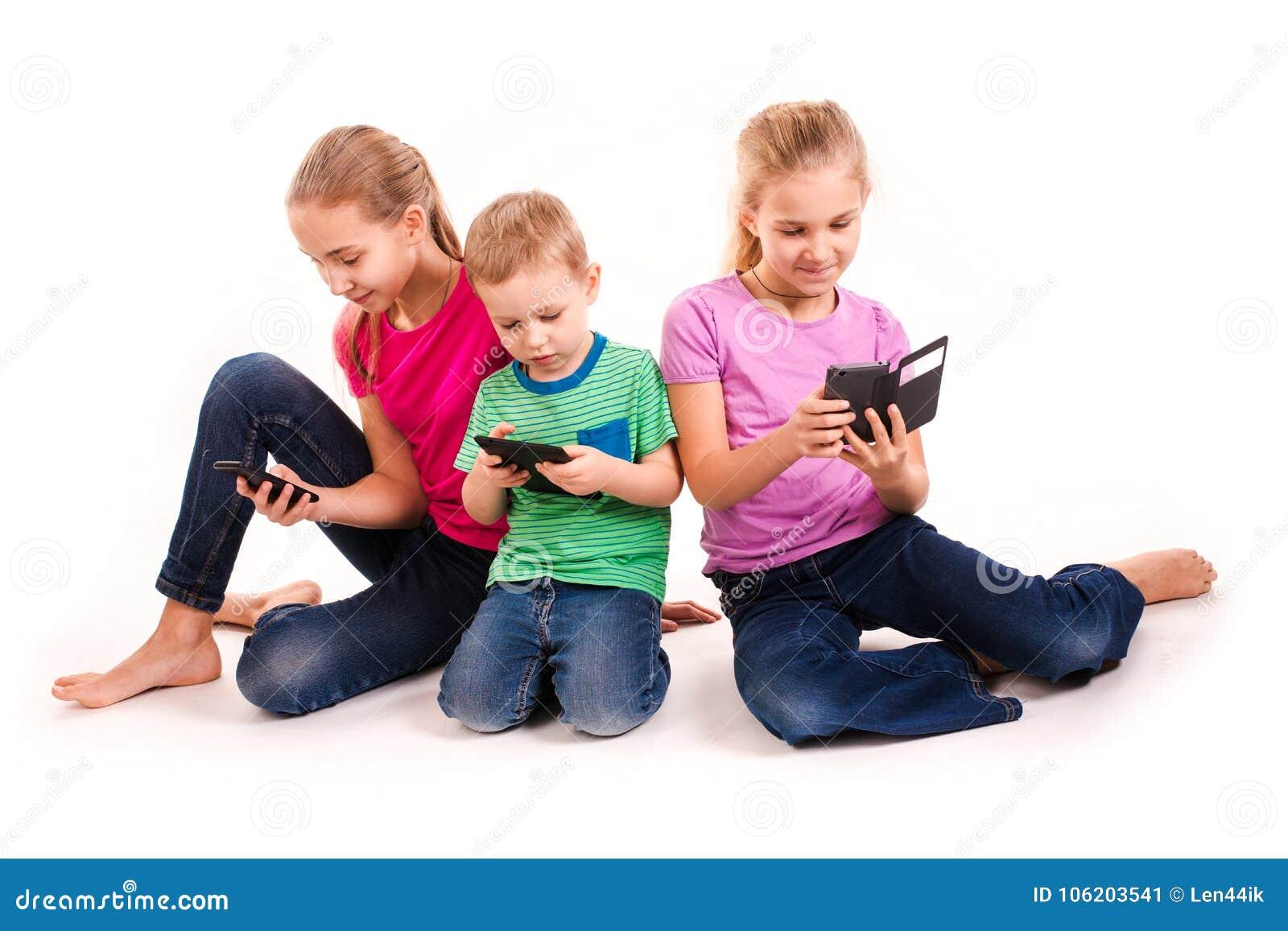 使用电子设备的小组小孩