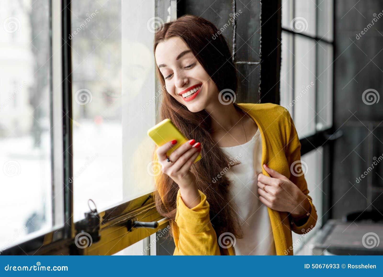 Download 使用电话的妇女 库存图片. 图片 包括有 顶楼, 餐馆, 微笑, 聪明, 读取, 夫人, 通信, 愉快, 拨号 - 50676933