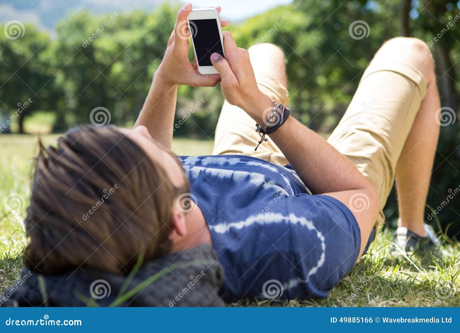 使用电话的英俊的行家在公园