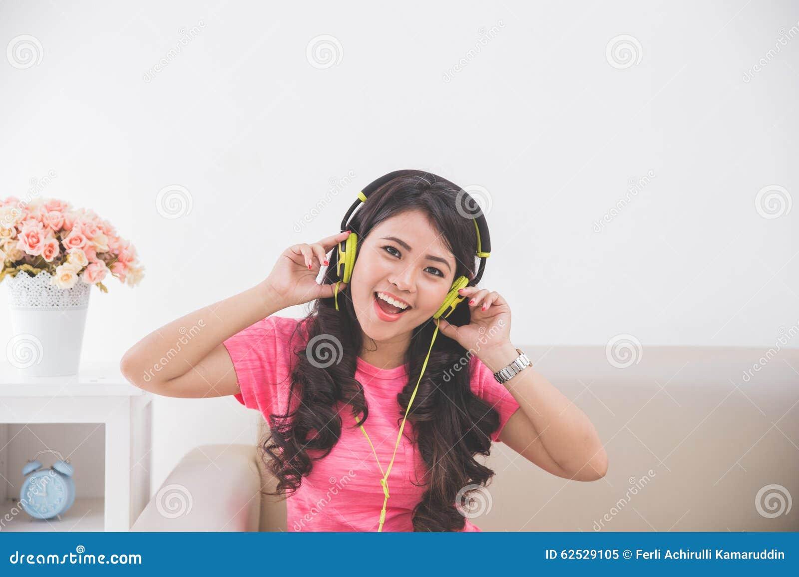 使用耳机的妇女