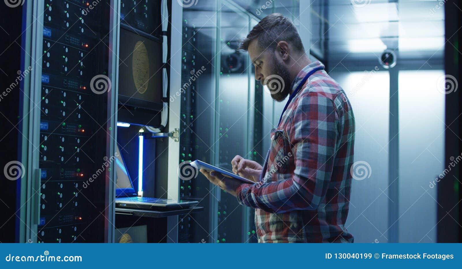 使用膝上型计算机的人在开采的农场在数据中心