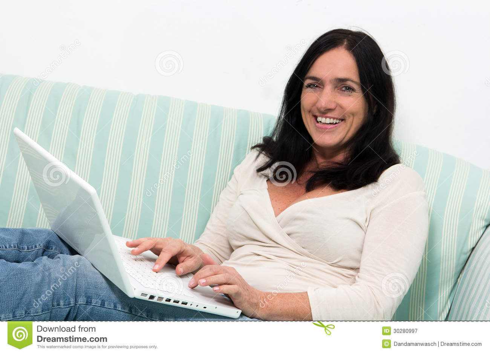 使用膝上型计算机的妇女