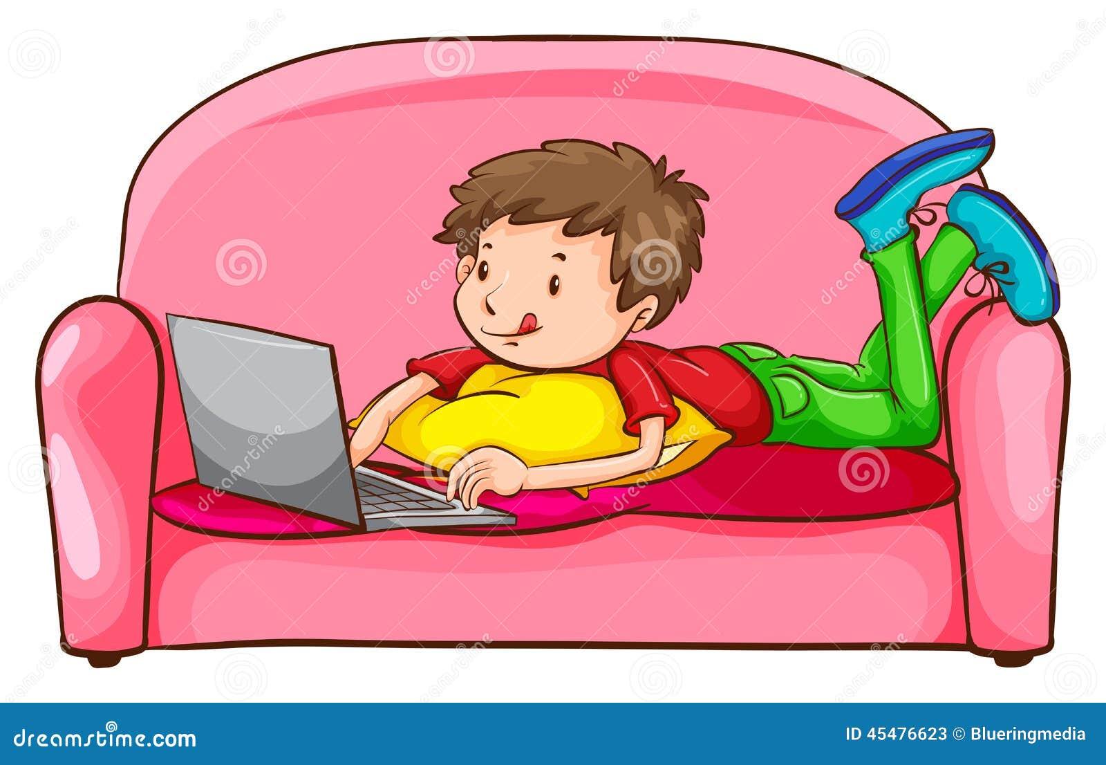 使用膝上型计算机的男孩在沙发