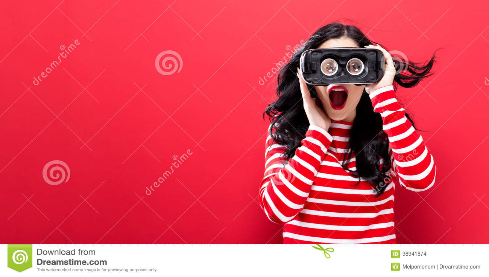 使用虚拟现实耳机的少妇