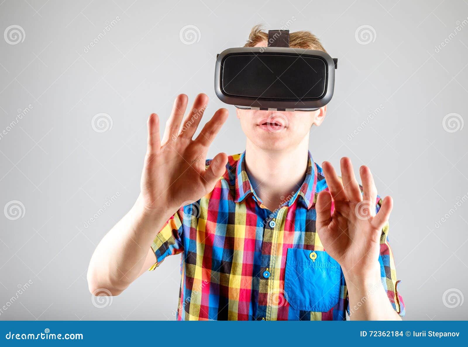 使用虚拟现实玻璃的人