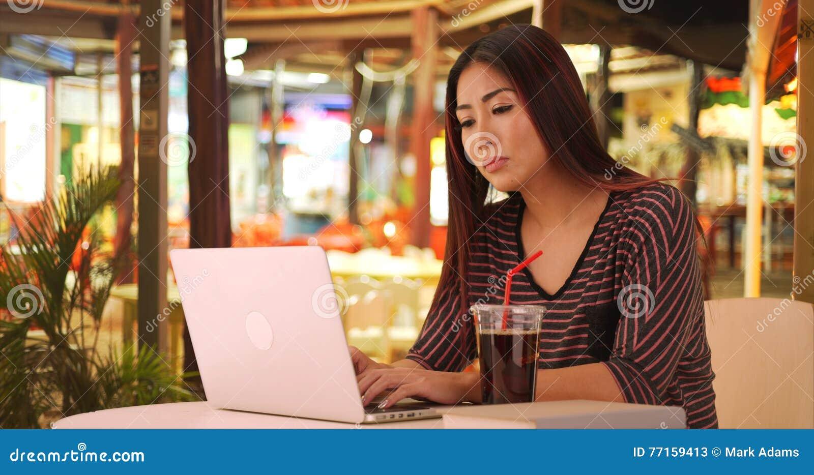 使用计算机电话的愉快的日本妇女