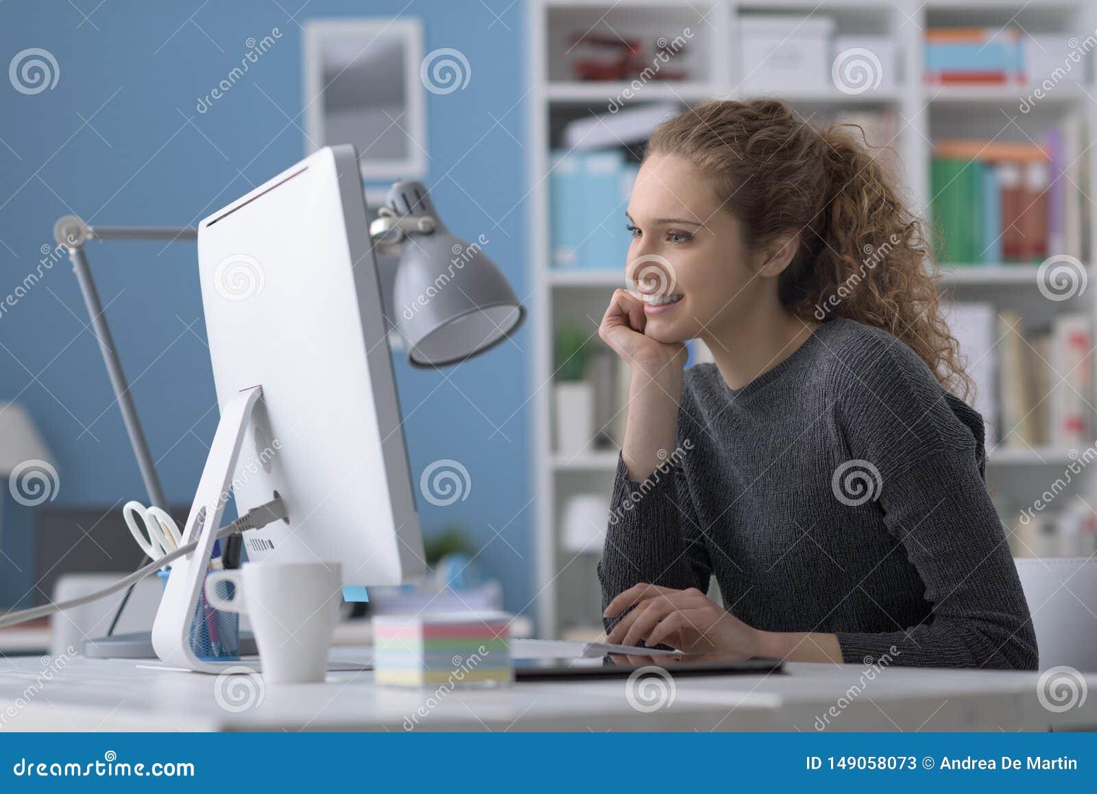 使用计算机的年轻女人在办公室