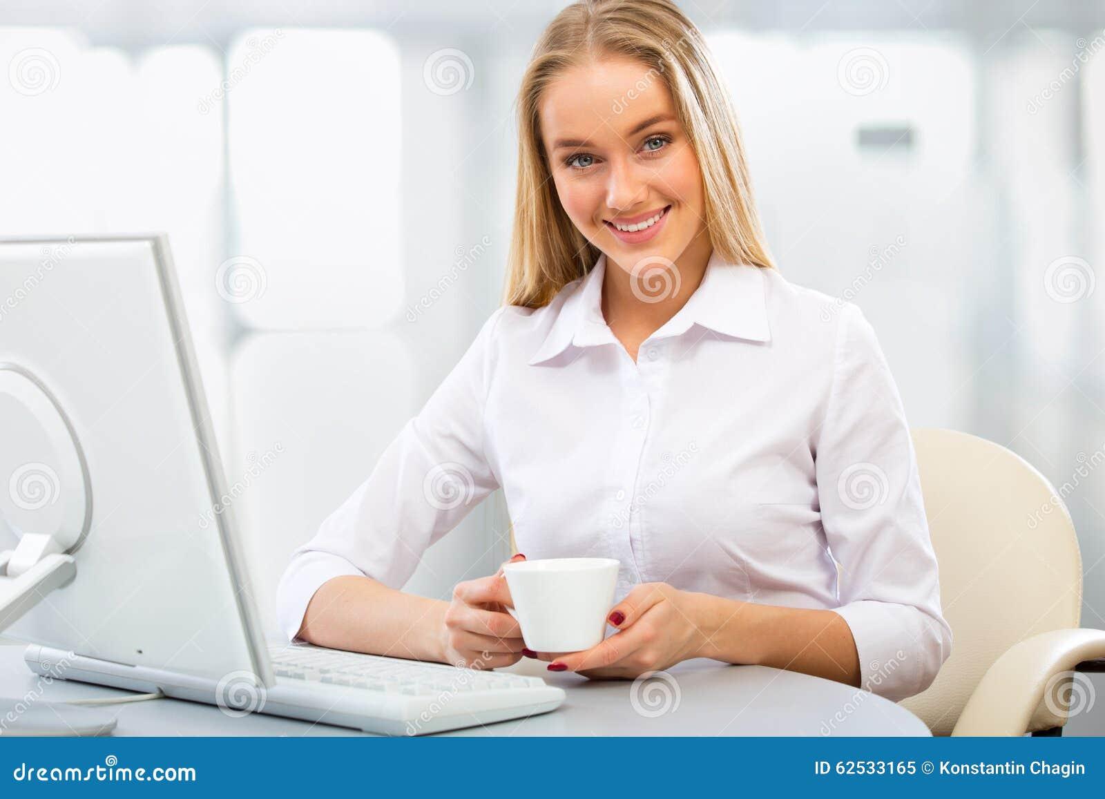使用计算机的年轻女商人在办公室