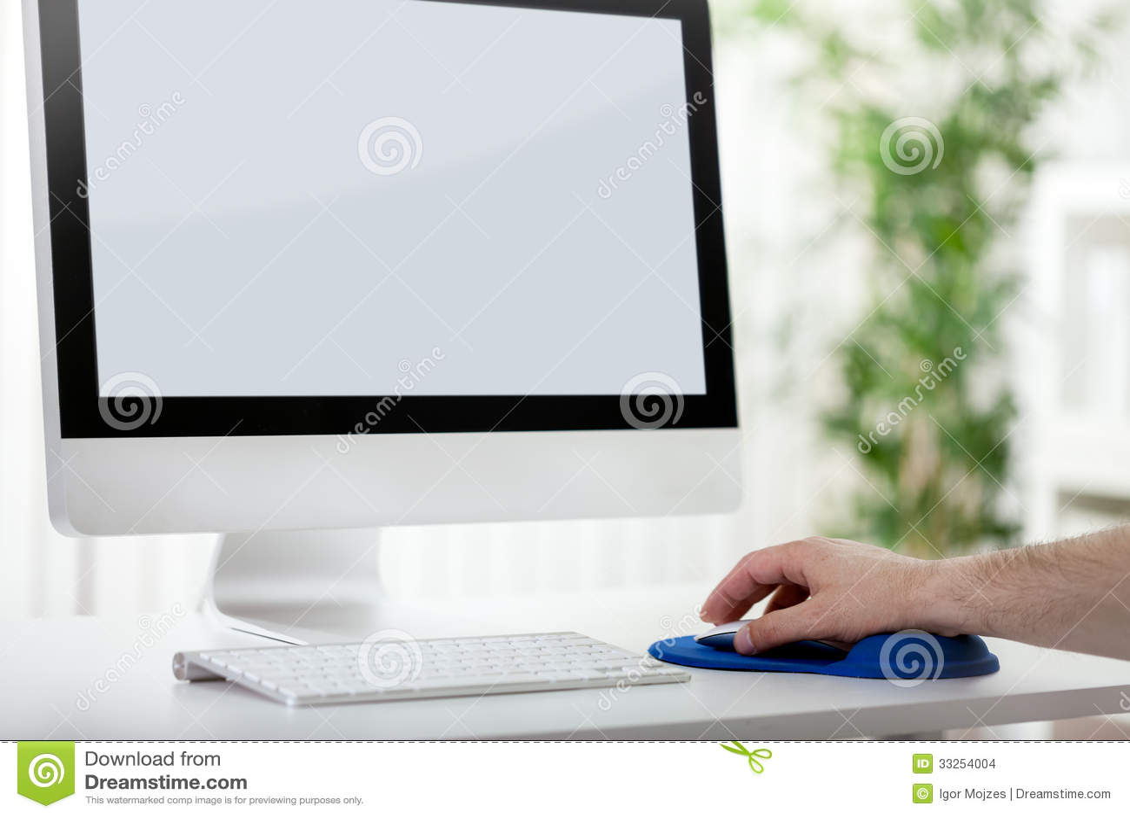 使用计算机老鼠,人递