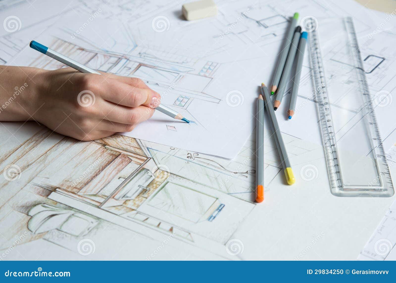 使用颜色铅笔,规则和橡胶,室内设计师在手图画剪影工作.图片