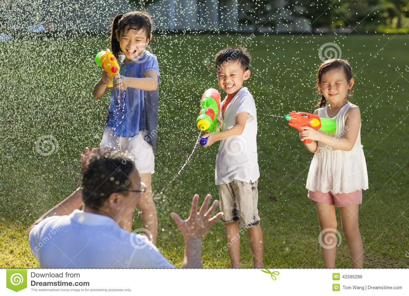 使用水枪的小人喷洒他们的父亲