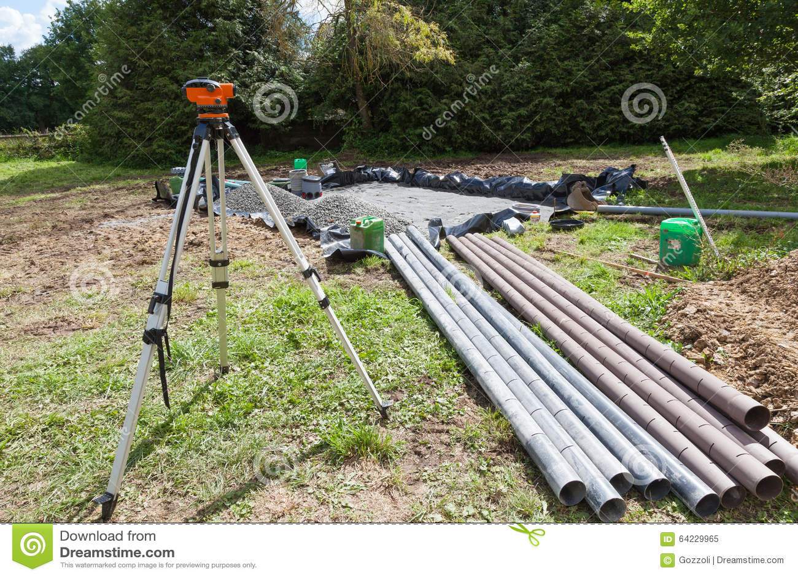 使用经纬仪安装石渣滤垫在一个化粪池