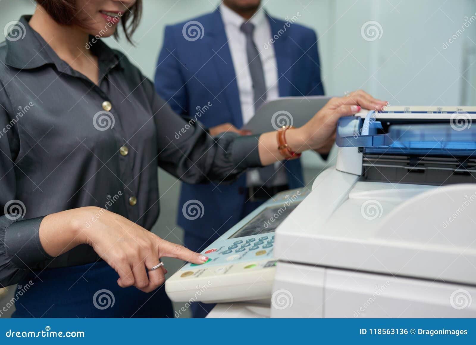 使用MF打印机的办公室助理