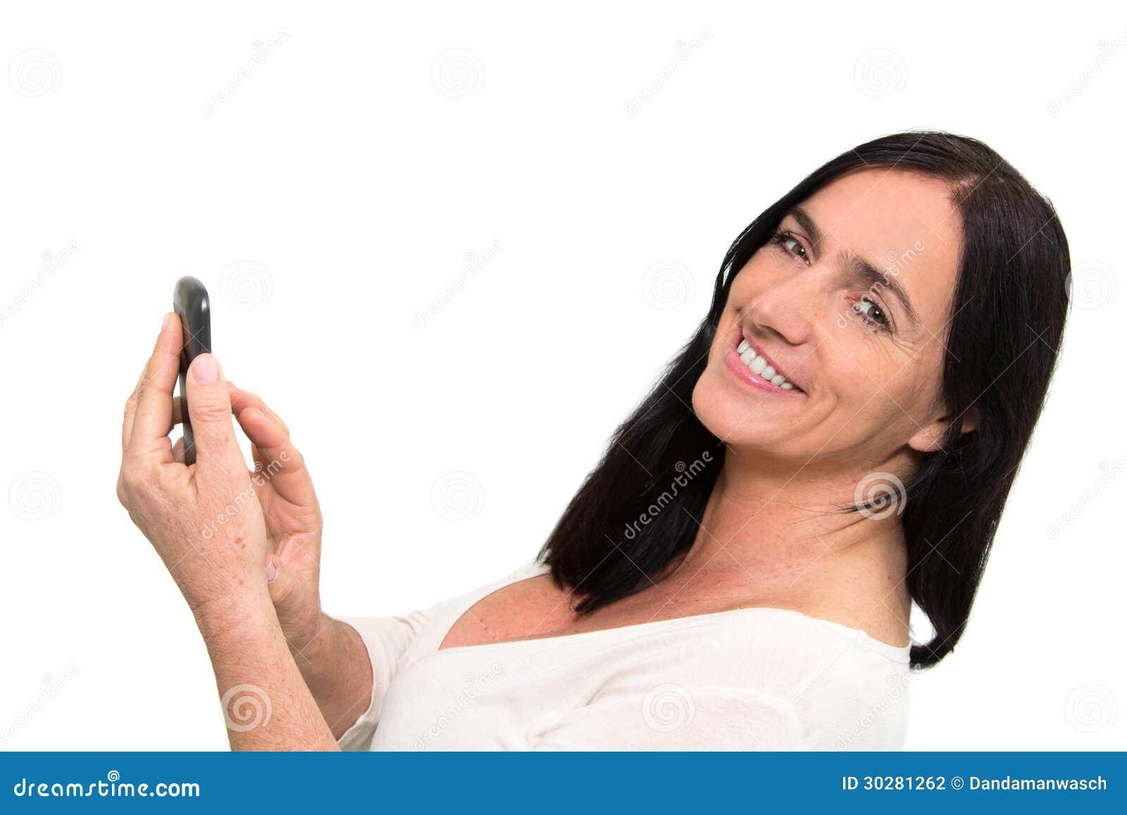 使用Smartphone的深色头发的妇女