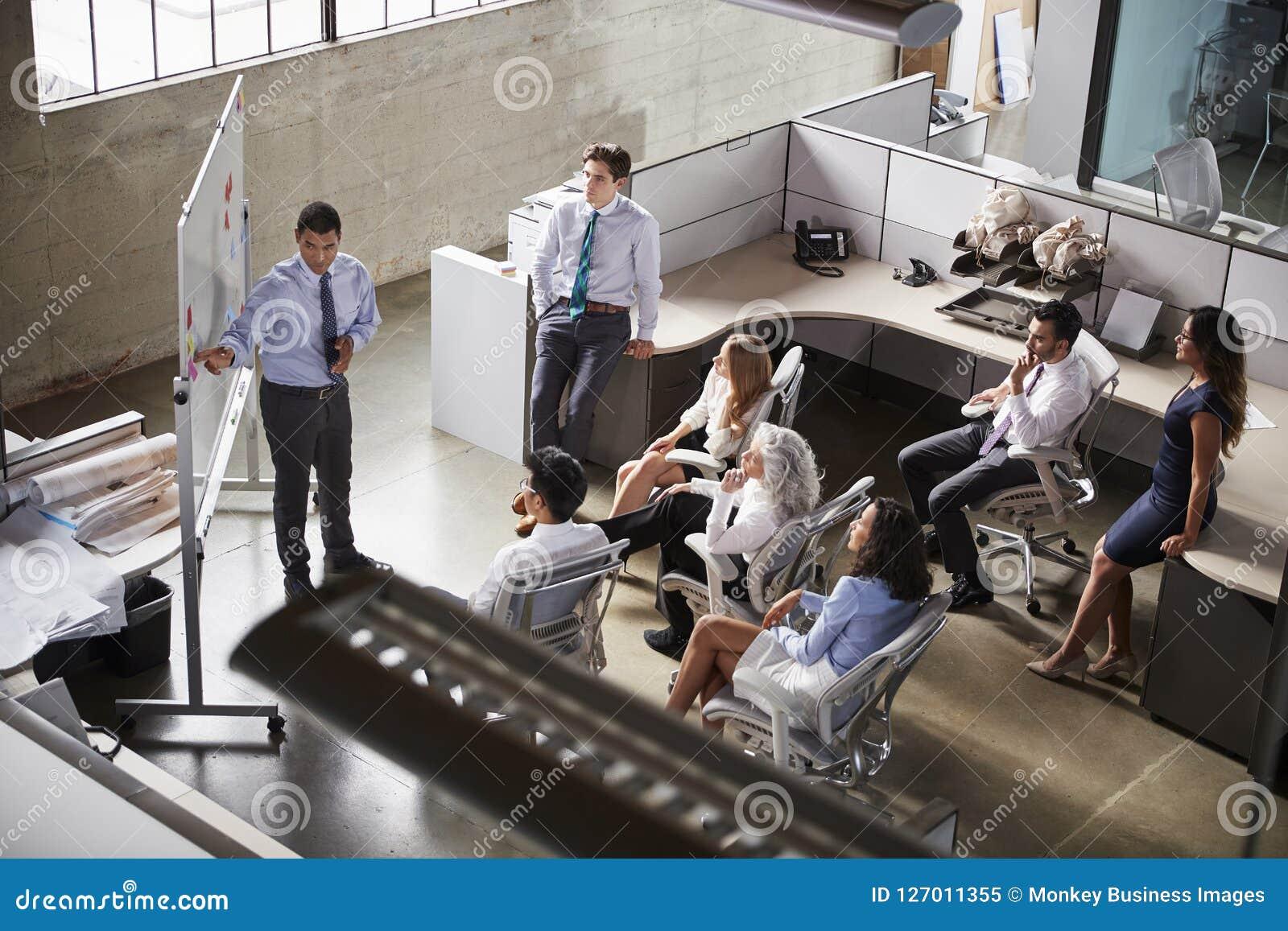 使用whiteboard在会议,高的看法的商人